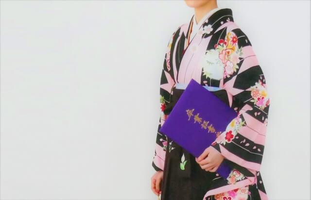 卒業式の袴の選び方は?袴選びのコツや被らないポイントなどを解説